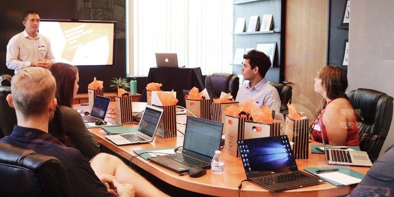 riunione di lavoro in inglese
